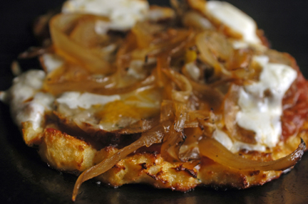 cauliflower pizza with caramelized onions
